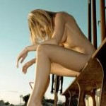 Γυμνή γυναίκα σε μπαρ