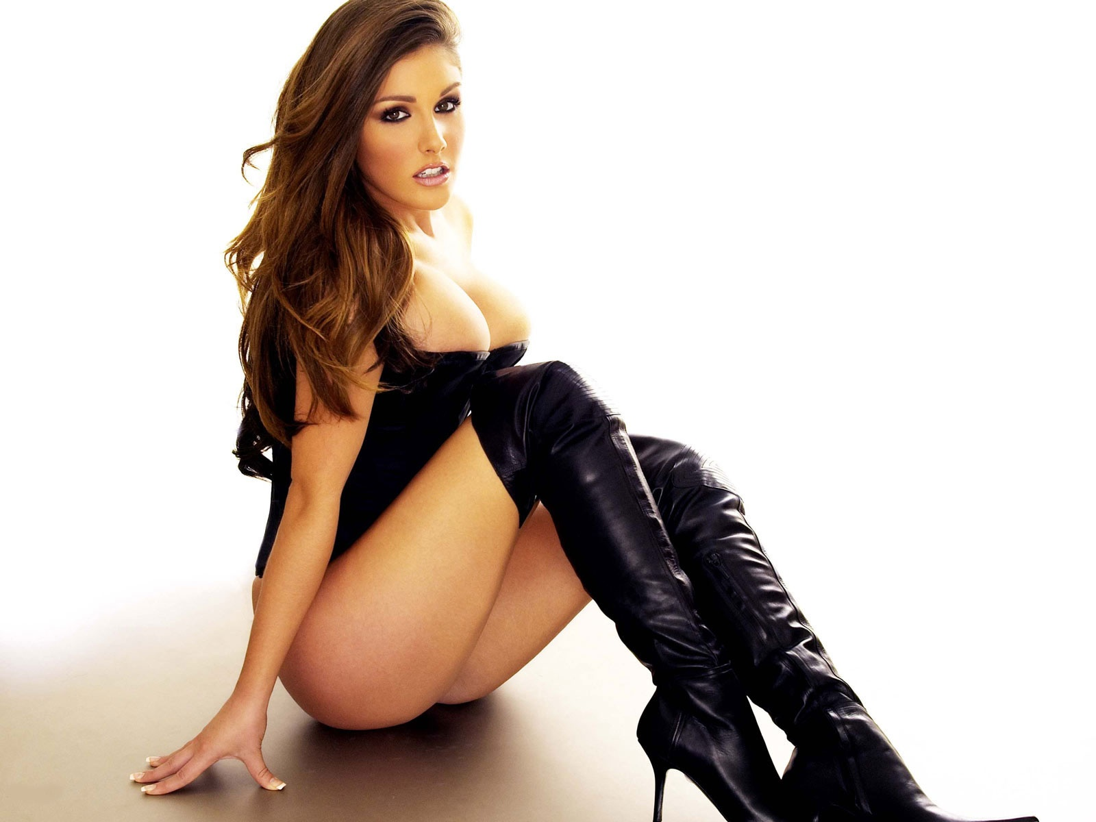 sexy_lucy_pinder_black