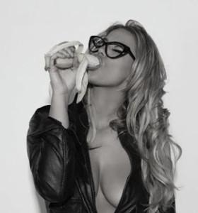 γυναίκα τρώει μπανάνα